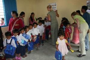 Foto renovatie uitdelen schooltassen